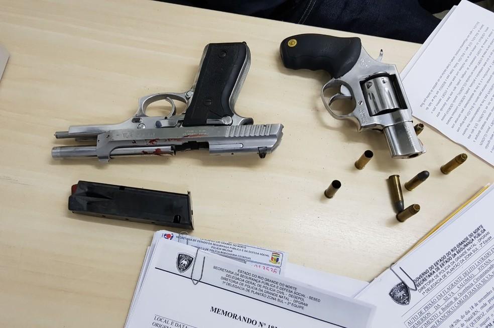 Armas de capitão da PM e de policial civil foram apreendidas após tiroteio entre os dois, em Natal (Foto: Divulgação/Polícia Civil)
