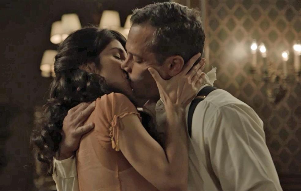 Que beijão, Braséeel! (Foto: TV Globo)