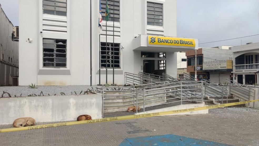 Agência do Banco do Brasil de São Bento do Una foi explodida por criminosos na madrugada desta terça-feira (31) (Foto: Anderson Melo/TV Asa Branca)