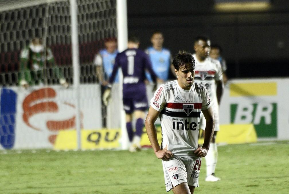 Jogadores do São Paulo lamentam empate com Coritiba — Foto: Marcos Ribolli