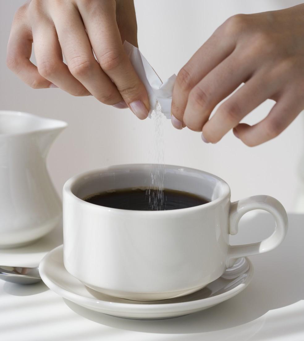 Estima-se que as pessoas consumam muito mais açúcar do que a quantidade máxima recomendada (Foto: Getty Images)