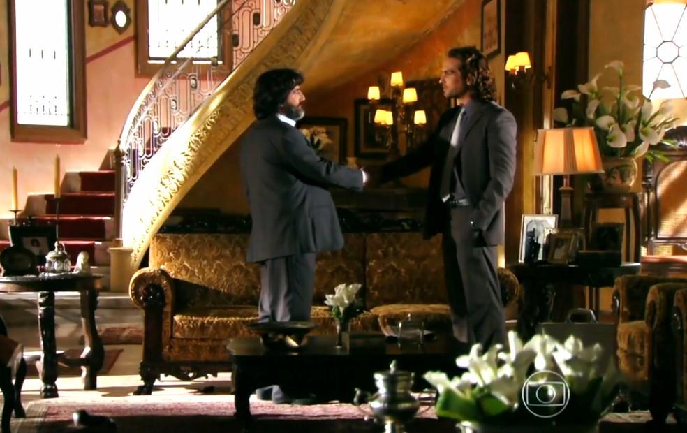 Alberto (Igor Rickli) vai até a Guatemala para fazer um pedido a Dom Rafael (Cesar Troncoso) - 'Flor do Caribe' — Foto: Globo