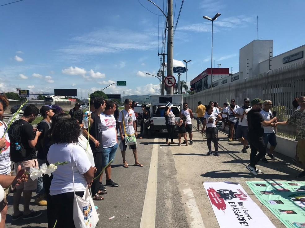 Faixas e flores foram estendidas por parentes das vítimas — Foto: Lívia Torres/TV Globo