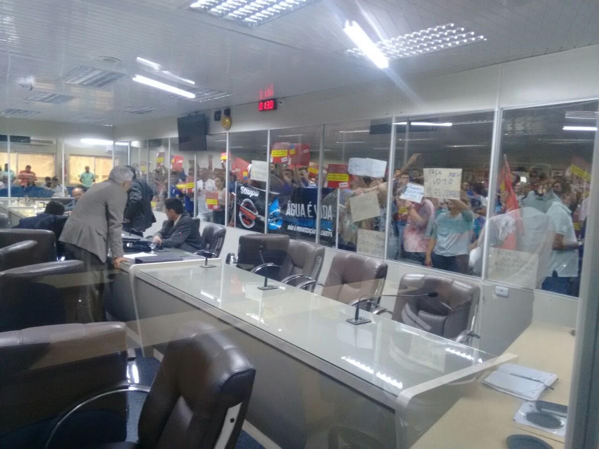 Grupo invade Câmara de Campina Grande para protestar contra terceirização