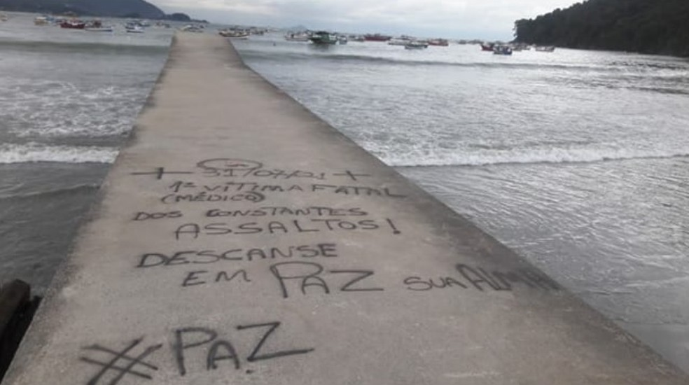 Mensagem em tom de protesto foi escrita após médico ser baleado e morto na frente da família, no litoral de SP — Foto: Reprodução/Facebook