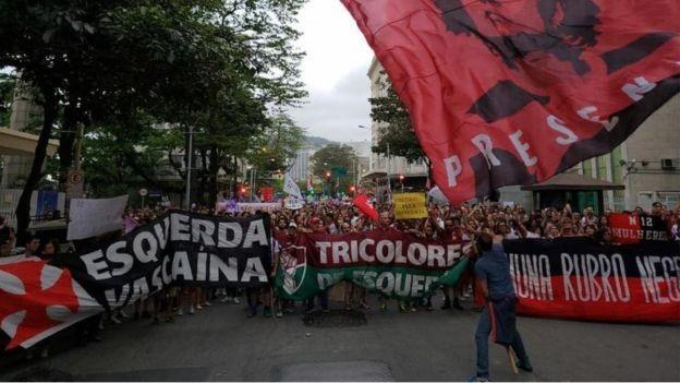 Torcedores de times rivais se juntaram contra Bolsonaro em manifestação | Esquerda Vascaina/Facebook/Reprodução (Foto: Reuters/BBC News)