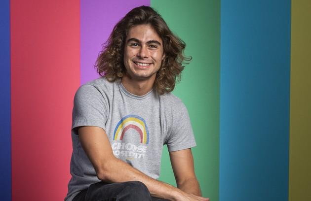 Alguns anos se passarão. Já nos anos 1990, João (Rafael Vitti) aparecerá morando no Rio e fazendo faculdade. Ele também comandará um programa na rádio Maremoto (Foto: Rede Globo / Paulo Belote)