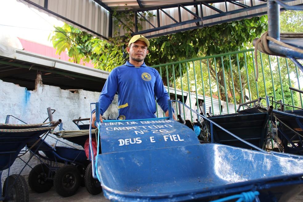 Raimundo Nonato lidera um grupo de carreteiros que oferecem serviços na Feira da Banana, em Manaus (Foto: Leandro Tapajós/G1 AM)