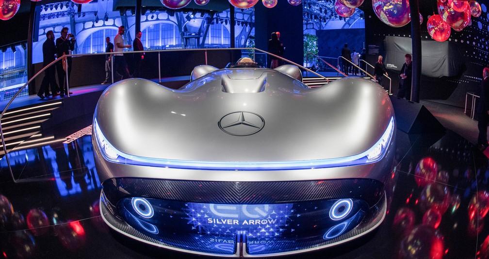 Mercedes-Benz exibe o conceito elétrico Silver Arrow — Foto: Boris Roessler/AFP