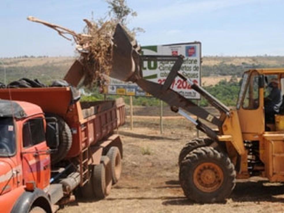 Caminhões usados no programa Cidade Limpa, no DF — Foto: Pedro Ventura/Agência Brasília