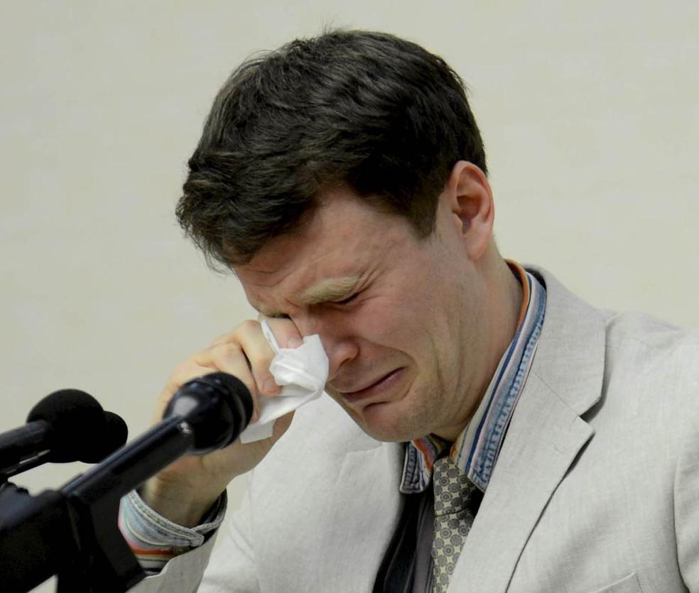 Otto Frederick Warmbier, estudante americano detido na Coreia do Norte há um mês, chora durante fala á imprensa. Em entrevista coletiva em Pyongyang, ele confessou ter tentado roubar um cartaz de propaganda política do hotel no qual estava hospedado (Foto: Reuters/KCNA)