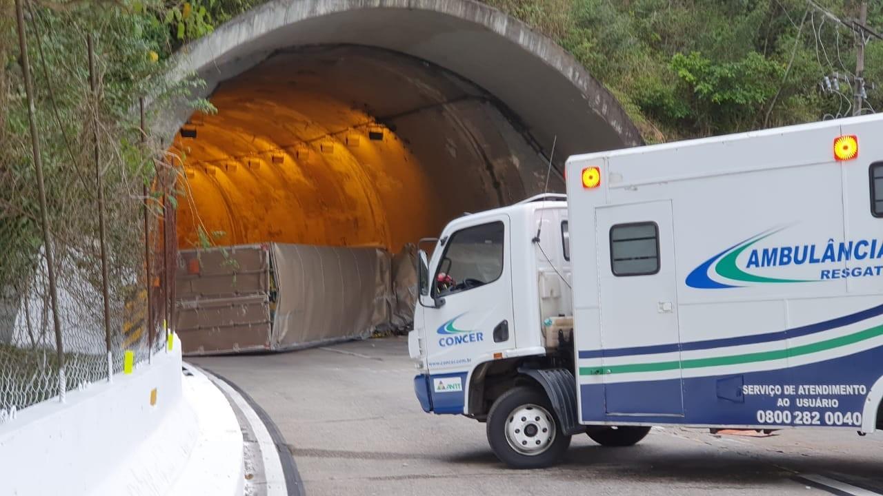 Pista é liberada na descida da serra em Petrópolis, RJ, após caminhão tombar na BR-040
