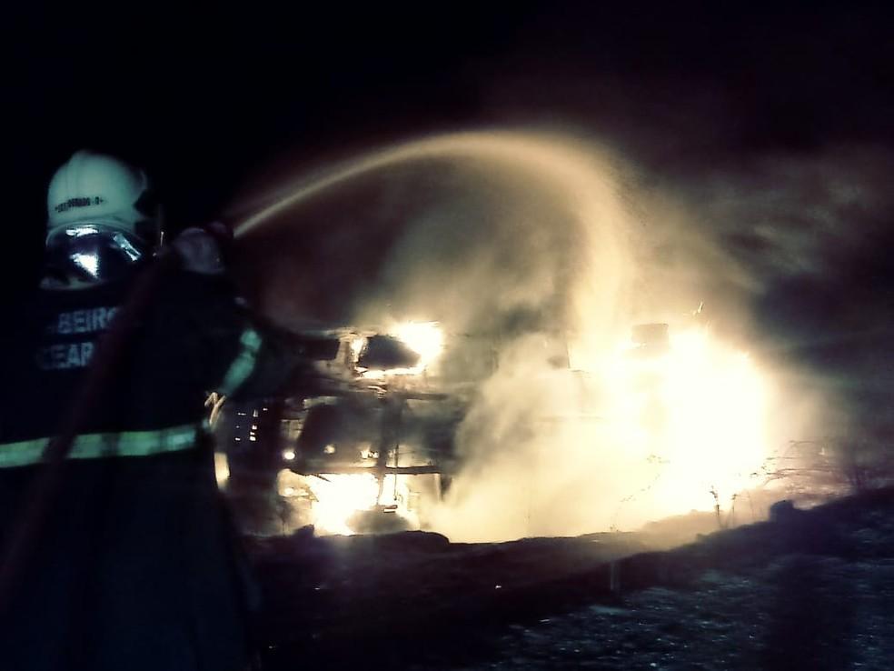 Caminhão e moto pegam fogo após colisão e motociclista morre em rodovia do Ceará  — Foto: Divulgação/Corpo de Bombeiros