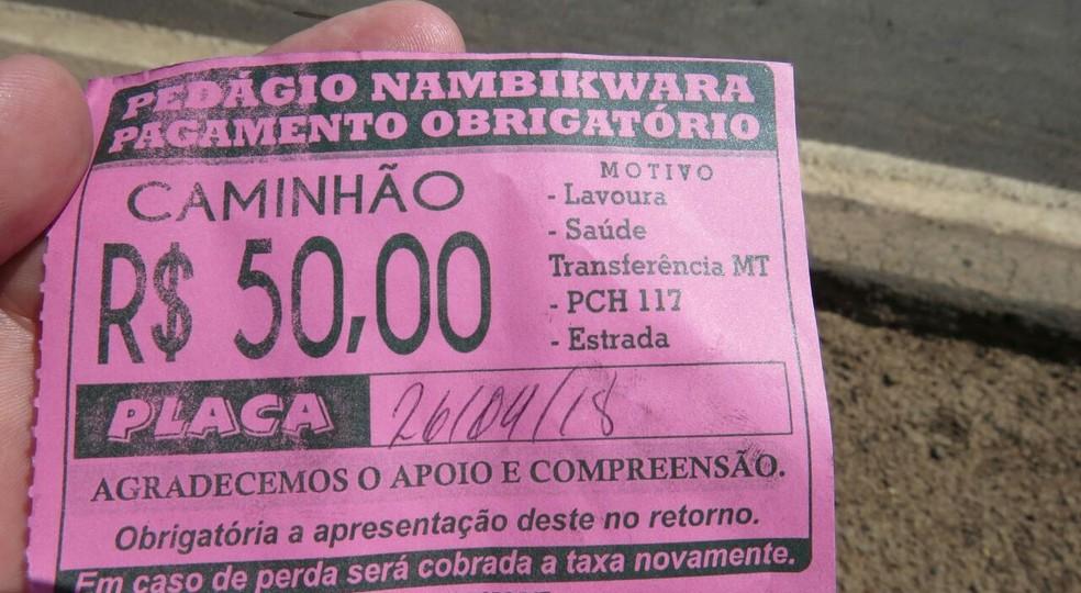 Pedágio cobrado pelos indígenas varia de R$ 30 a R$ 50; motoristas recebem recibo (Foto: PRF-MT/Divulgação)