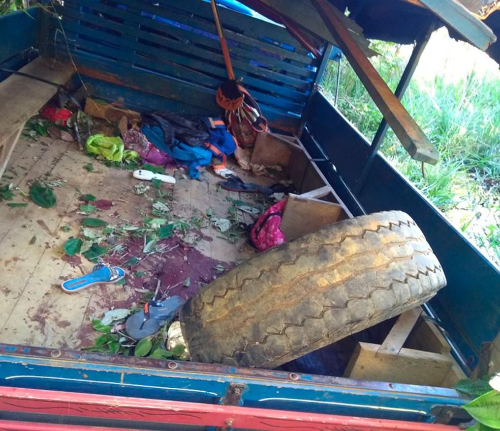 Caminhão que transportava estudantes tomba e deixa um morto e feridos na BA (Foto: Divulgação/PRF)