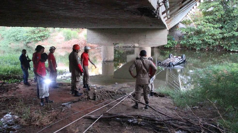 Carro caiu dentro do Rio Mossoró, no RN, após bater em grade de proteção na ponte da avenida Presidente Dutra (Foto: Marcelino Neto/O Câmera)
