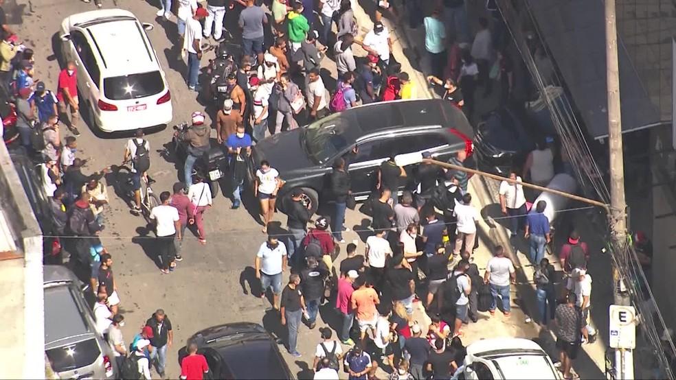 Centro de SP tem aglomeração em frente à Galeria Pagé nesta terça-feira (5); taxa de isolamento foi de 48% na cidade — Foto: Reprodução/TV Globo
