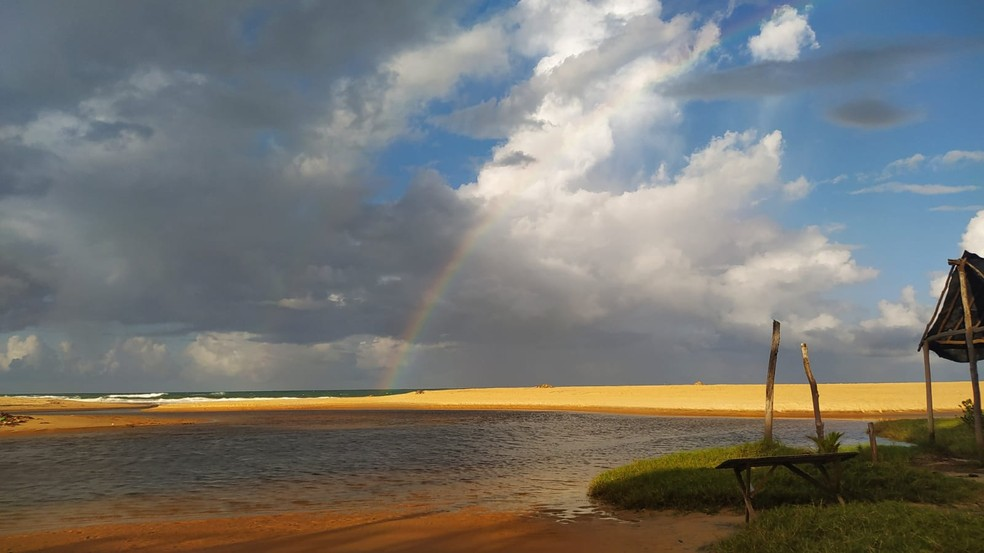 Arco-íris em Baía Formosa, no litoral Sul potiguar. — Foto: Fernanda Zauli/G1