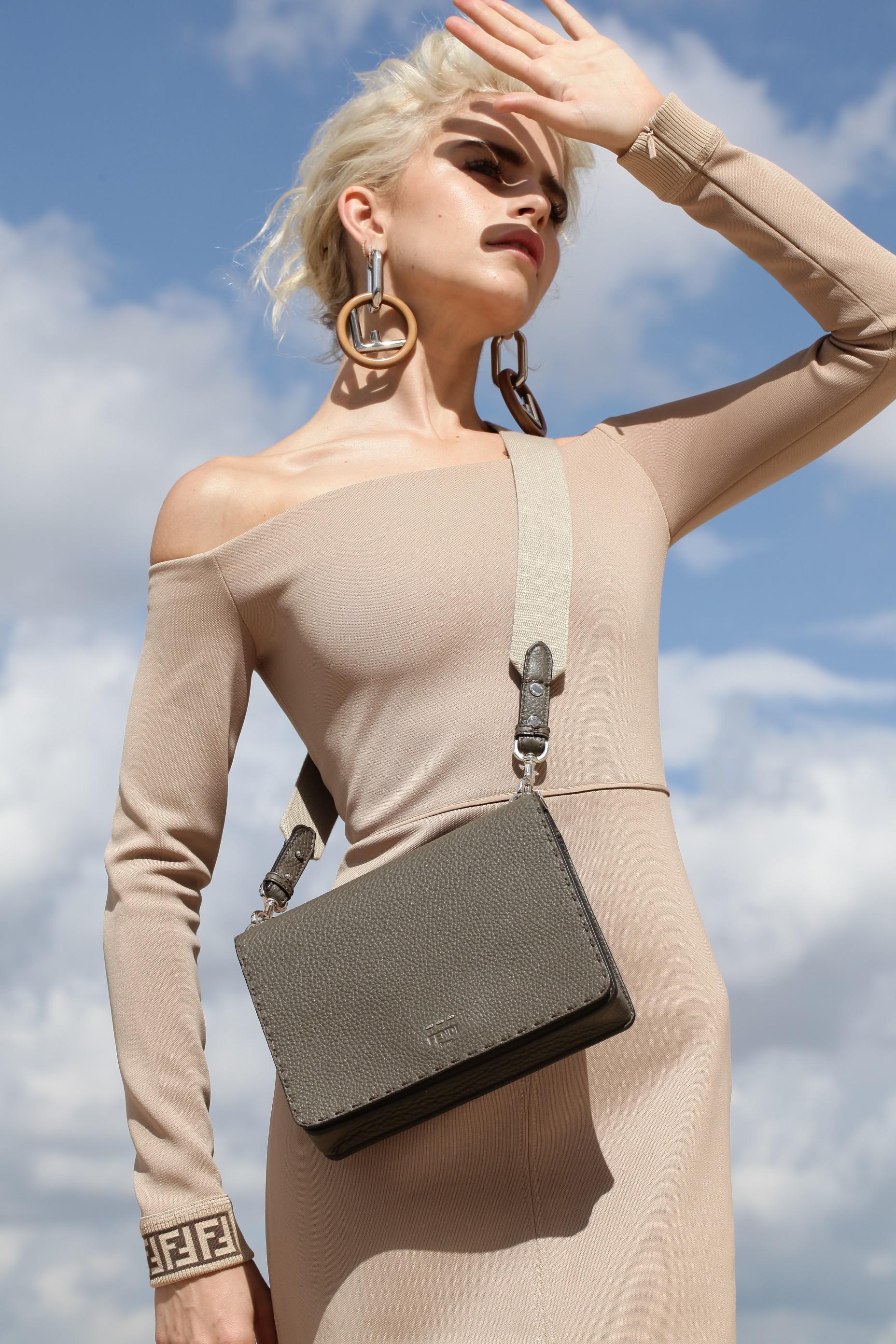 Carol Daur usa a nova it-bag da Fendi (Foto: Divulgação)
