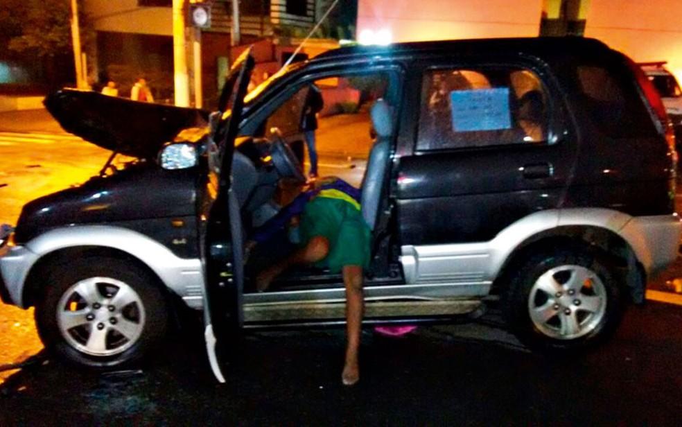Imagem que circula nas redes sociais mostra Ítalo dentro do carro que furtou após ter sido baleado pela PM em 2016 (Foto: Reprodução/Redes sociais)