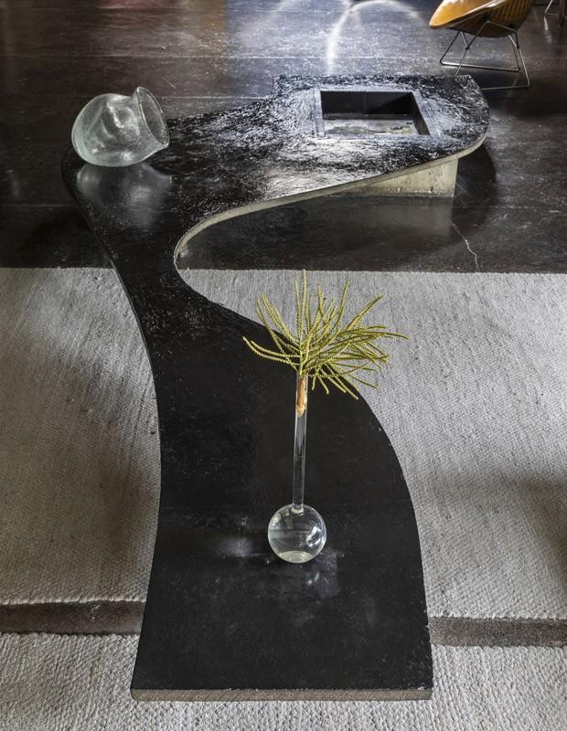 Mesa de centro sinuosa desenhada por Ruy Ohtake, exposta no Instituto Tomie Ohtake (Foto: Divulgação/Ruy Teixeira)