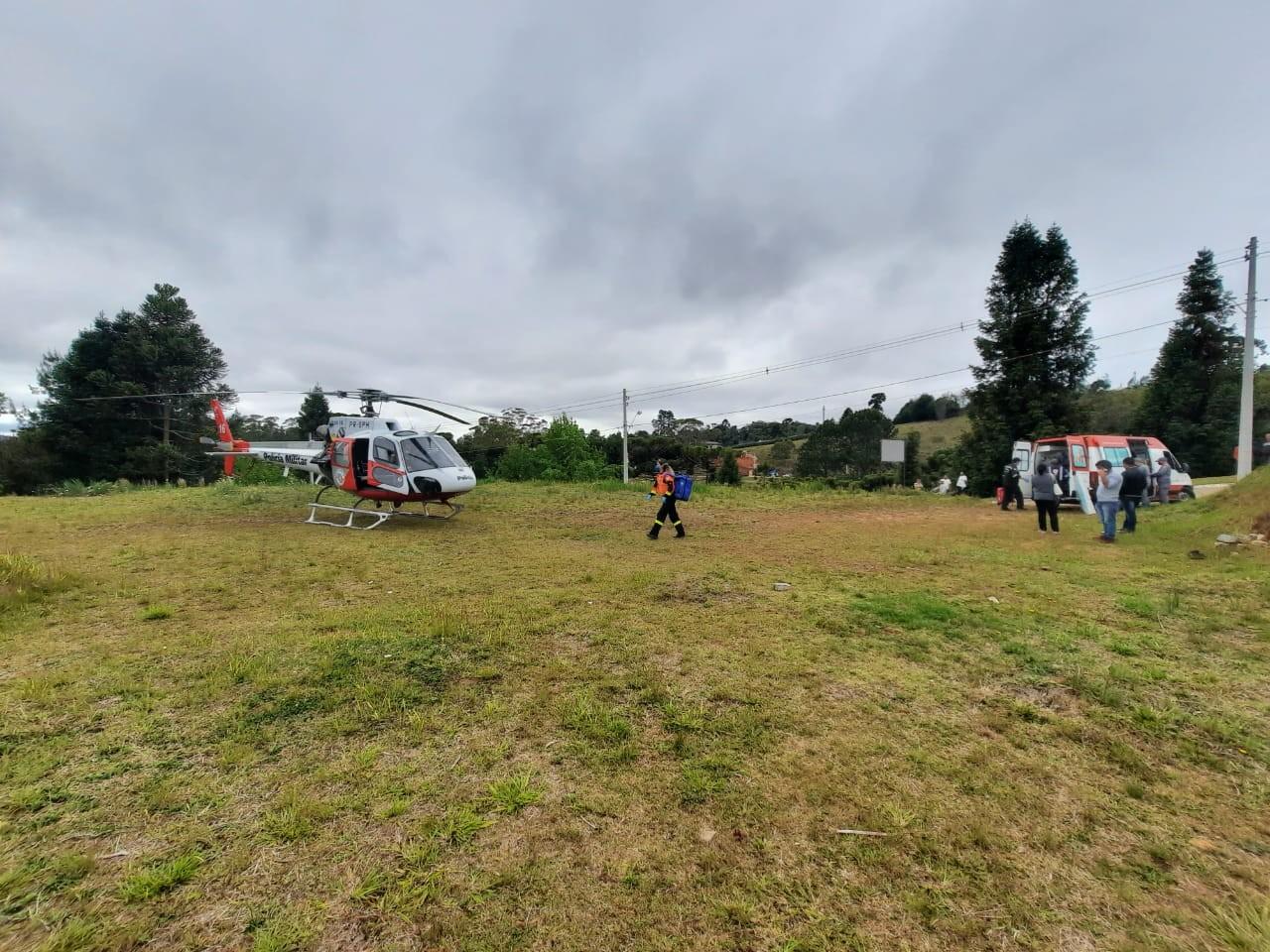 Homem cai de laje e é resgatado pelo Águia em Taubaté