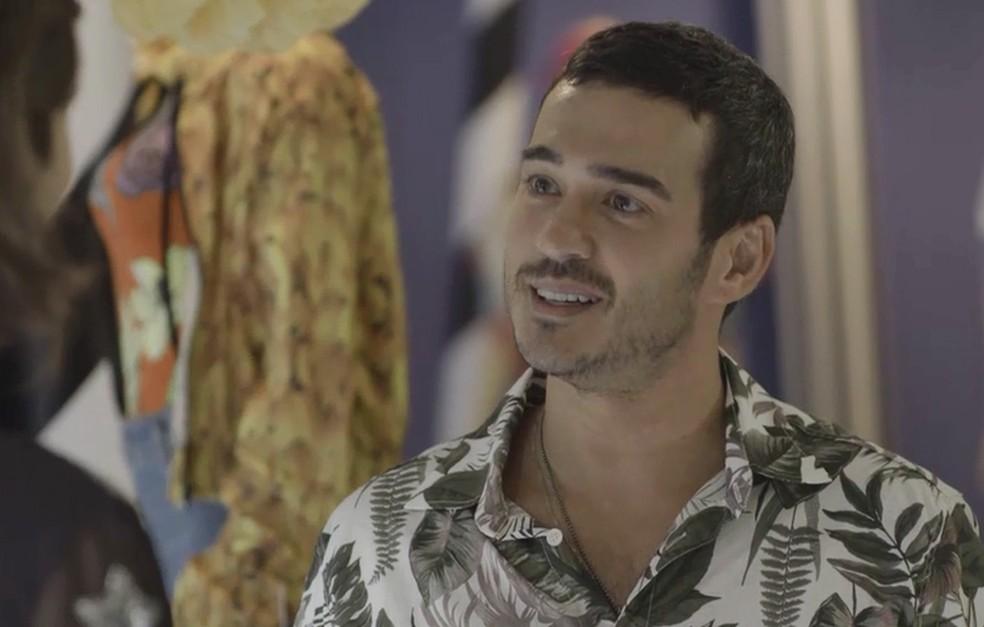 Álamo (Marcos Veras) passa mal e fica trancado no banheiro da Top Wave, em 'Verão 90' — Foto: TV GLOBO