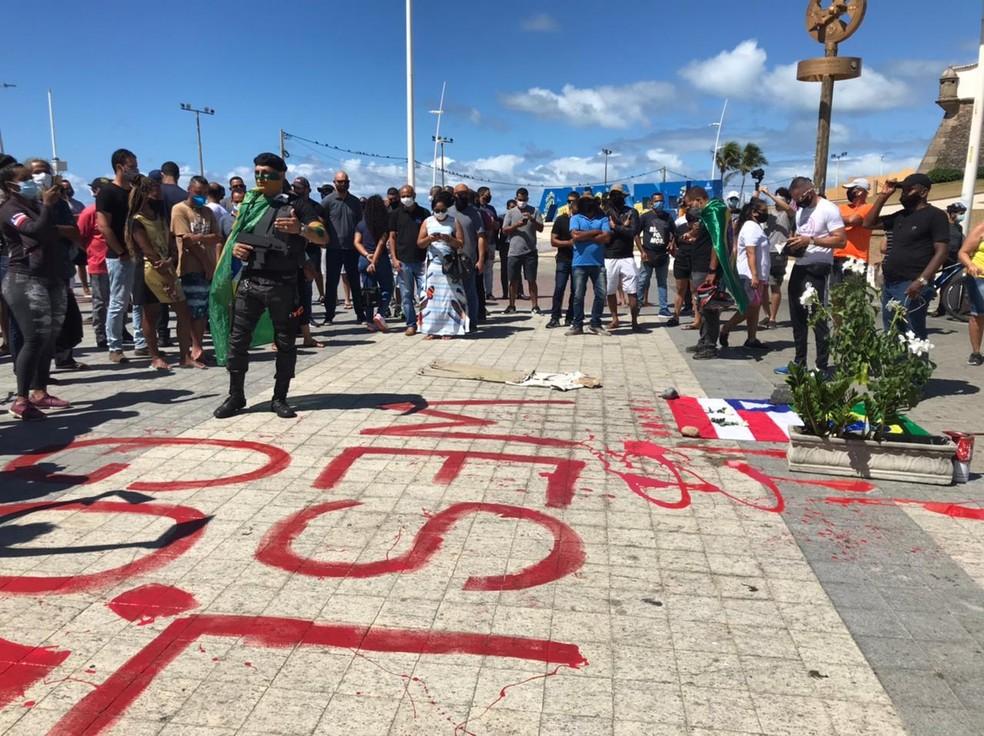 Grupo de policiais fazem protesto na região do Farol da Barra após morte de PM — Foto: Renan Pinheiro / TV Bahia
