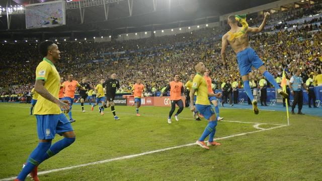 Richarlison tira a camisa ao marcar terceiro gol do Brasil