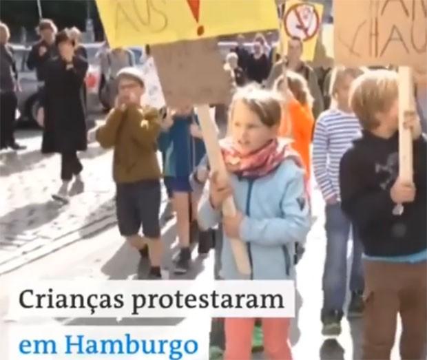 Crianças protestam contra uso excessivo de celular pelos adultos na Alemanha (Foto: Reprodução/ Facebook)