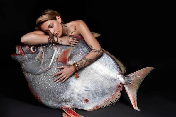 Paris Jackson em foto da campanha contra a pesca ilegal (Foto: Divulgação)