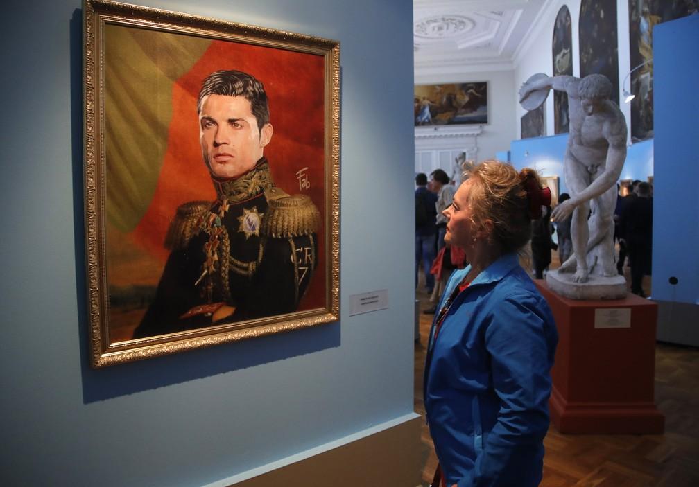 Retrato do astro português Cristiano Ronaldo no Museu da Academia de Artes em São Petersburgo, na Rússia (Foto: AP Photo/Dmitri Lovetsky)