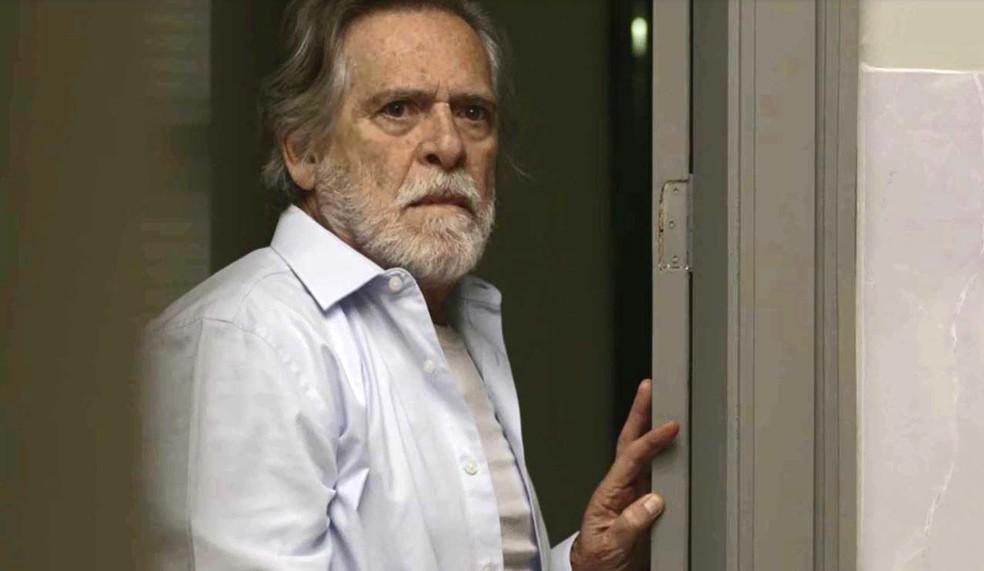 Em 'A Dona do Pedaço', Otávio (José de Abreu) defende a a filha e fala demais para Camilo (Lee Taylor): 'Não ponha minha filha nessa história. Prenda o Chiclete, mas não ela — Foto: Globo