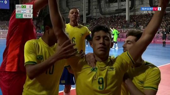 Gol do Brasil ! Guilhermão recebe na esquerda, bate cruzado e abre o placar