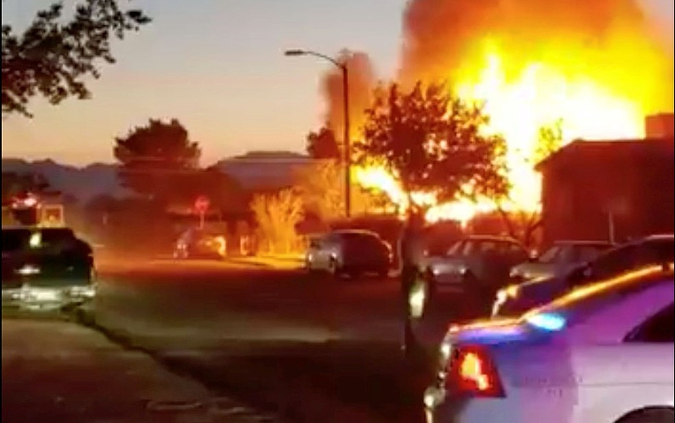 Parada de trailers em chamas em Ridgecrest — Foto: World Central Kitchen / via Reuters