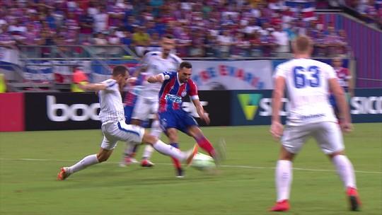 Gilberto tira de Betão e é bloqueado por Pedro Castro, aos 34' do 1º tempo