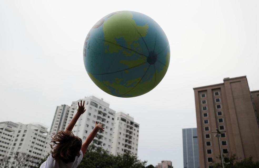 Criança brinca em protesto pelo clima na Avenida Paulista, em São Paulo, nesta sexta (20). — Foto: REUTERS/Nacho Doce