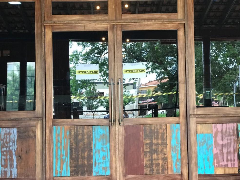 Vigilância Sanitária colocou avisos no restaurante interditado em Rio Preto — Foto: Fernando Daguano/TV TEM