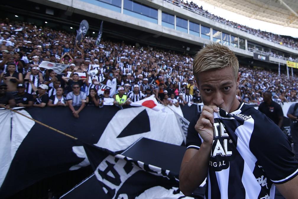 Honda beija a Estrela Solitária do Botafogo — Foto: Vitor Silva/Botafogo