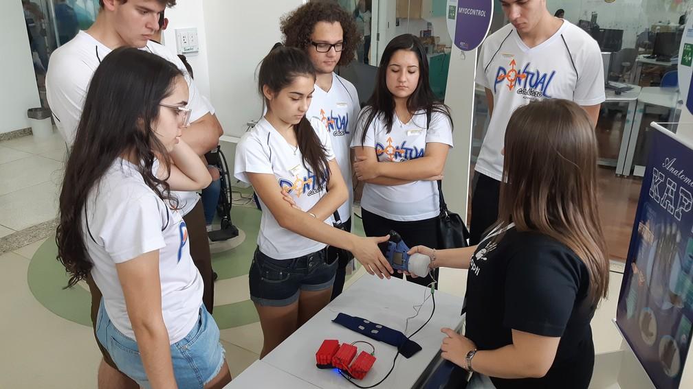 Estudantes apresentaram projeto de prótese em feira tecnológica — Foto: Régis Melo/G1