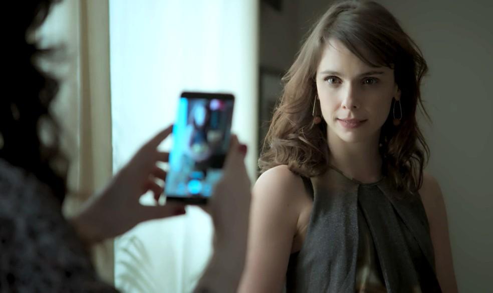 Em 'A Força do Querer', Irene (Débora Falabella) faz vídeo para provocar Joyce (Maria Fernanda Cândido) — Foto: Globo