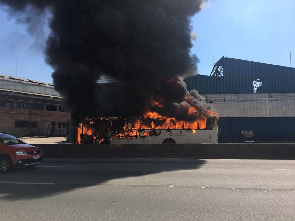 Ônibus pega fogo na Linha Amarela, no Rio (Foto: Narayanna Borges/ GloboNews)