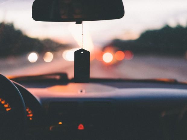 Manter todas as janelas do carro abertas é o jeito mais seguro de evitar a transmissão do Sars-CoV-2 (Foto: A. L./Unsplash)
