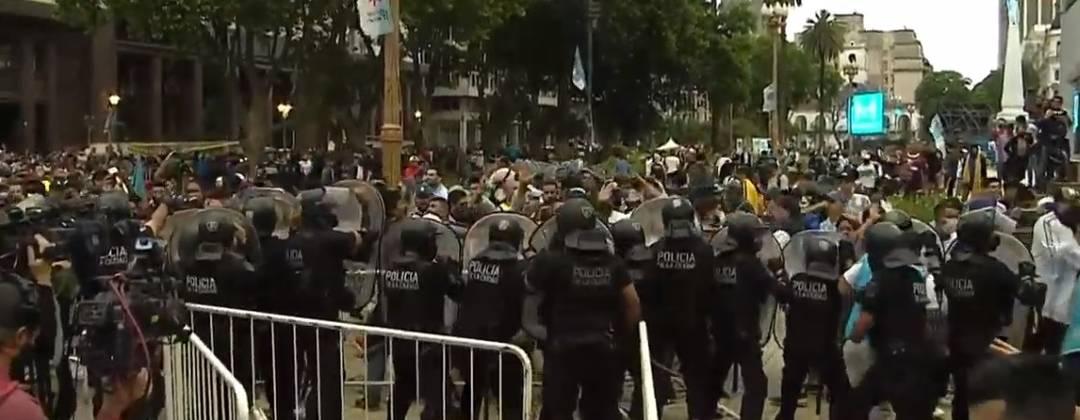 Polícia acalma torcedores na entrada da Casa Rosada