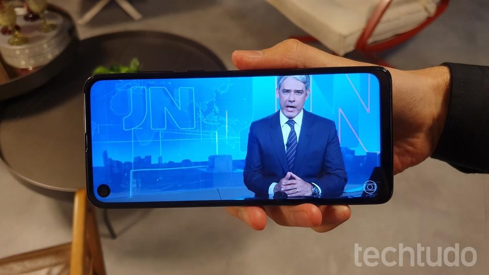 Motorola One Vision funciona bem na exibição de vídeos — Foto: Thássius Veloso/TechTudo