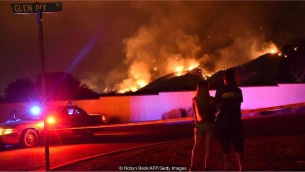 Curiosos observam o chamado Fogo Sagrado, na Califórnia, em agosto de 2018 (Foto: Robyn Beck via BBC)