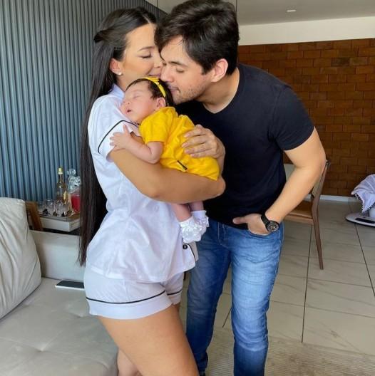Lucas Veloso com a noiva e a filha (Foto: Reprodução)
