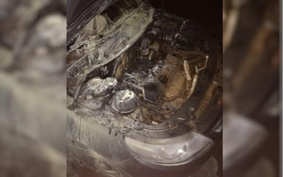 Carro queimado por homem que confundiu veículo com o da esposa em Itumbiara  (Foto: Reprodução)