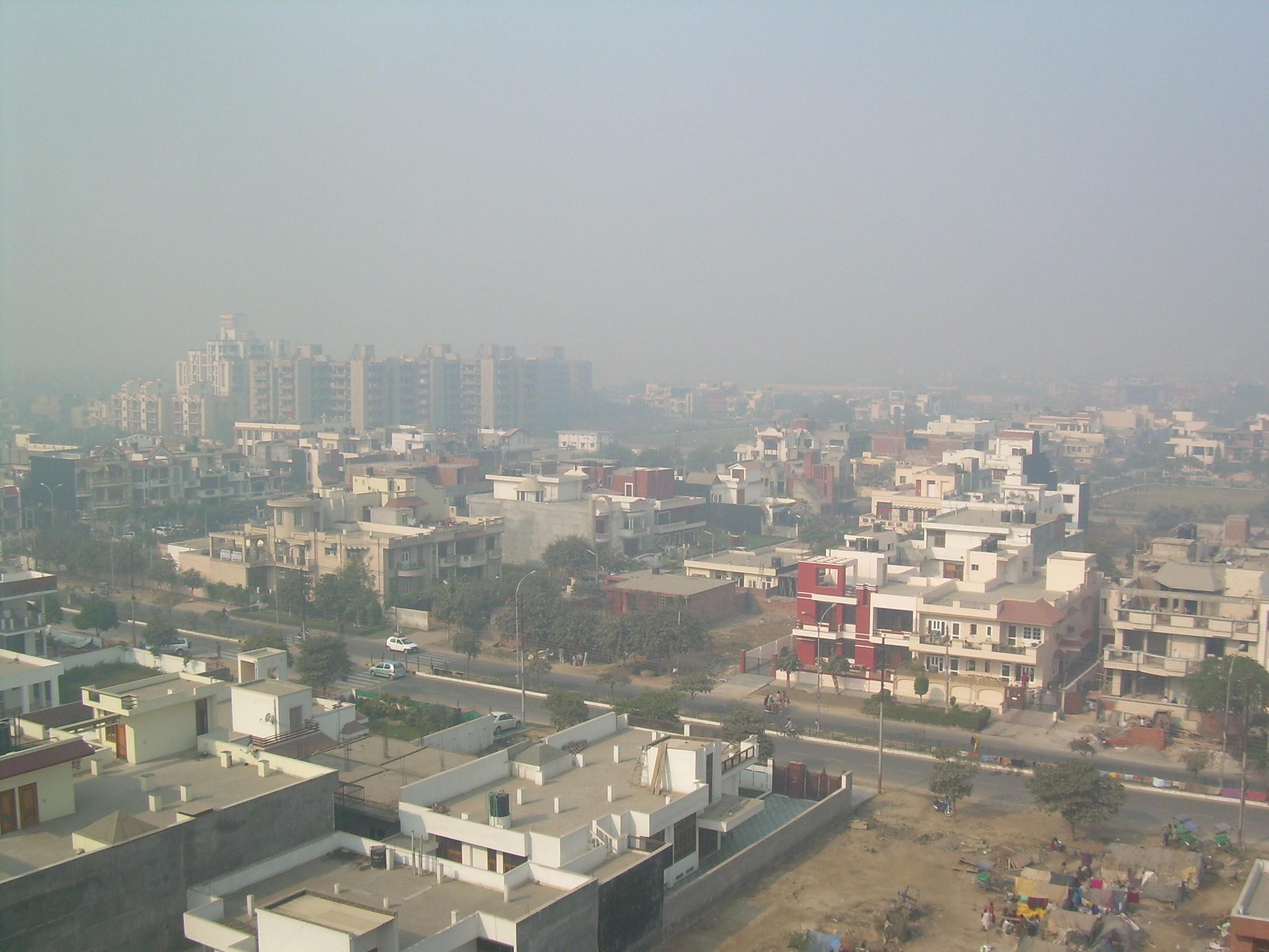 Nova Délhi, capital da Índia, sob uma nuvem de poluição (Foto: Wikimedia Commons)