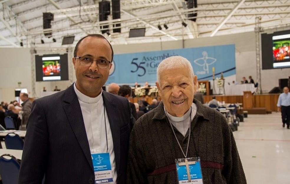 Dom Geovane Luís da Silva (à esquerda), bispo auxiliar de Belo Horizonte, o mias novo entre os bispos brasileiros, ao lado de Dom José Maria Pires (à direita), arcebispo emérito da Paraíba (Foto: Maurício Sant'ana/CNBB)